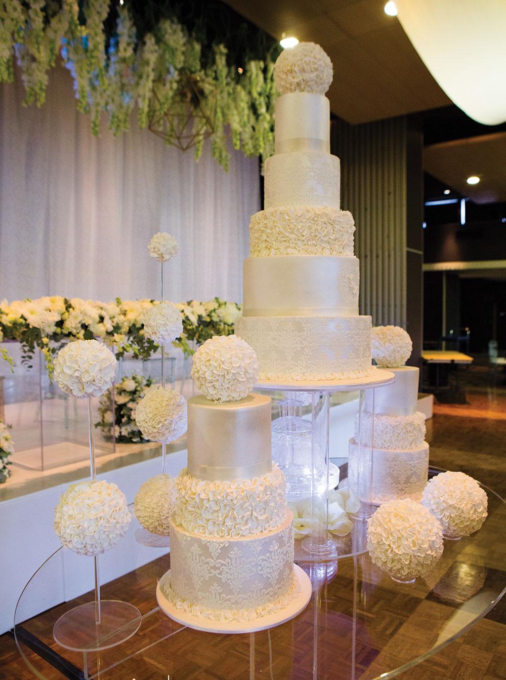 Acrylic tables for weddings