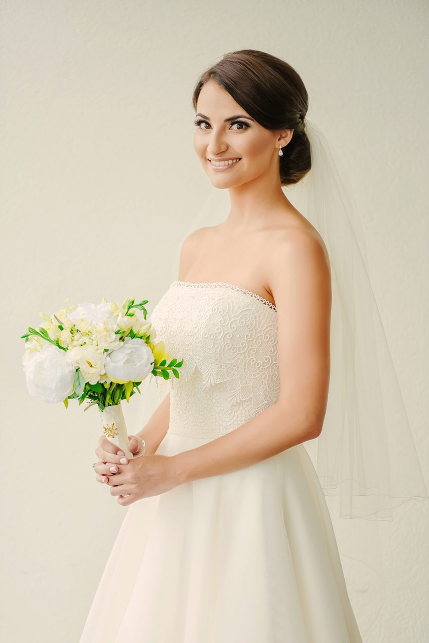 Real bride Lucy with her yellow, white and green bouquet. Photo: Evernew Studio