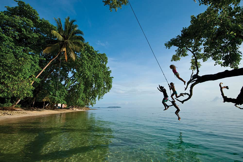 Honeymoon Solomon Islands: Local kids jumping into the water.