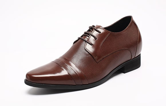 Groom style: Brown shoes.