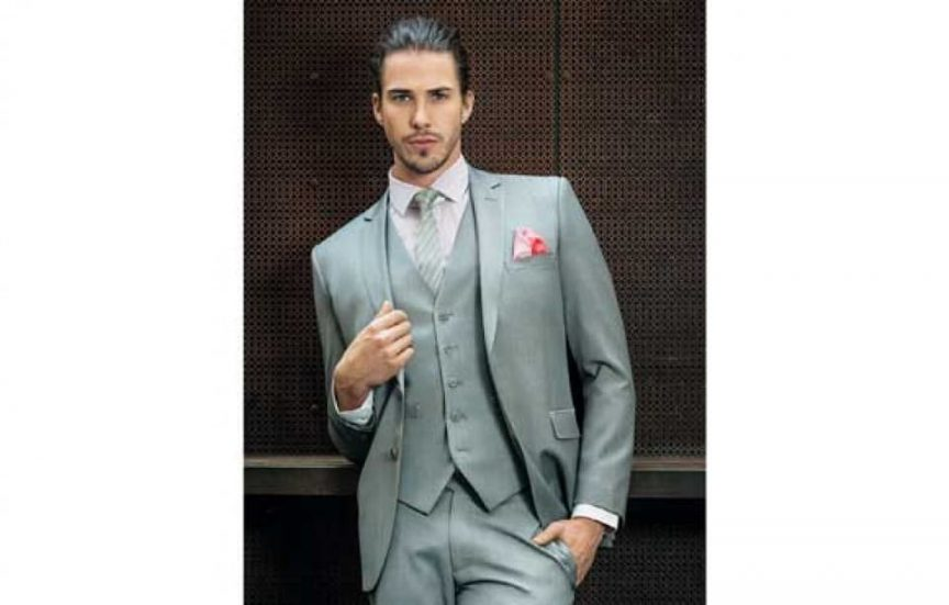 Groom style: grey suit and vest.
