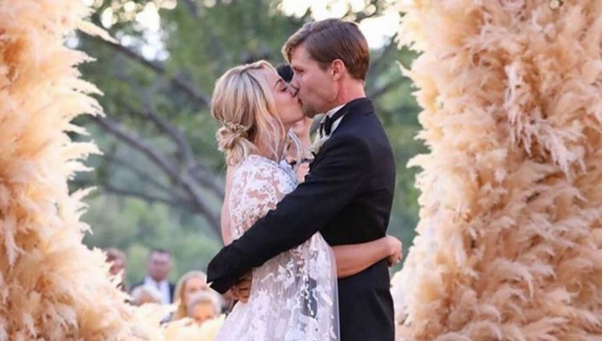 kaley-cuoco-wedding-photos-hugotaylor-wreath-2