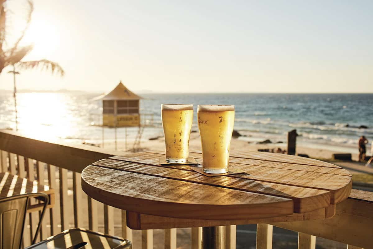 Tourism-Queensland-beers-by-beach